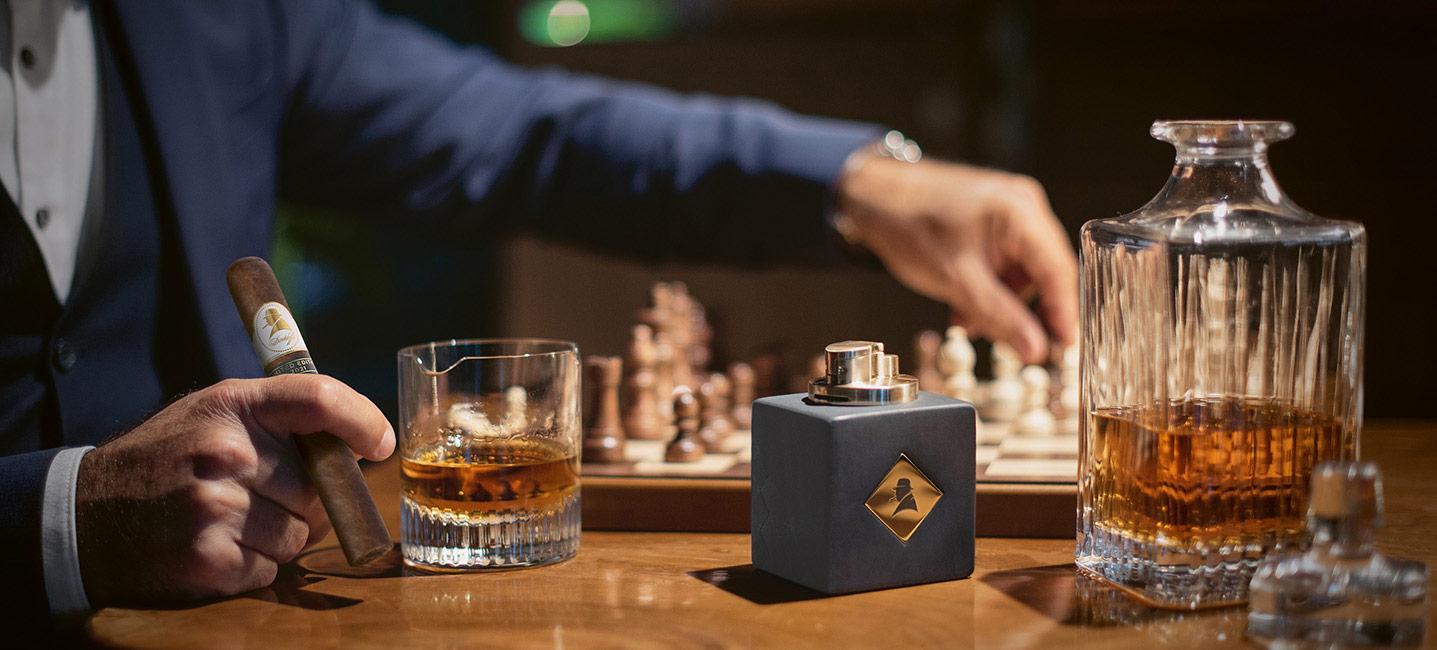 Die Davidoff Winston Churchill 2021 Limited Edition Zigarre mit Tischfeuerzeug und einem Glas Whisky