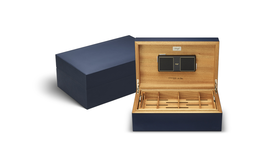 davidoff-leather-collection_humidor_blue_ambs_open.jpg